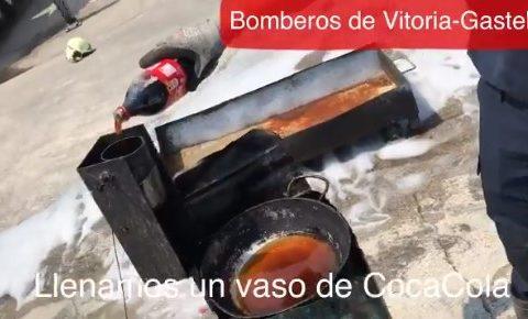 Bomberos de Vitoria responden al vídeo de la botella de cocacola usada como extintor