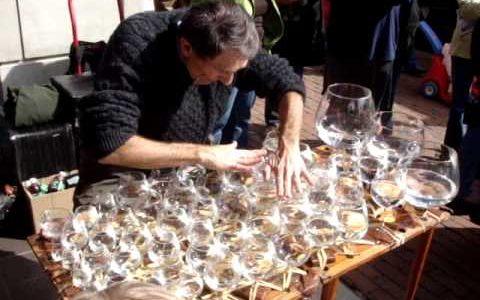 Interpretando la oda a la alegría con copas de agua