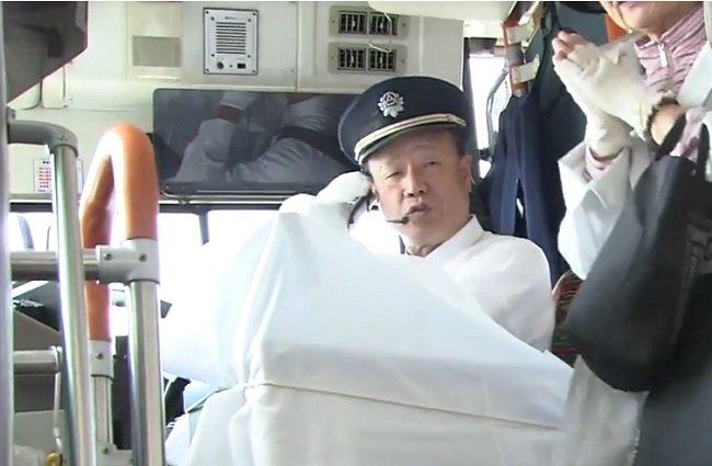 Choferes de compañía japonesa hacen huelga, pero trabajando y sin cobrar a los pasajeros