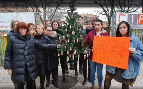 Parece ser que no ha gustado al director que decoren un árbol de navidad del instituto con tampones sangrantes POR LA RAZÓN QUE SEA