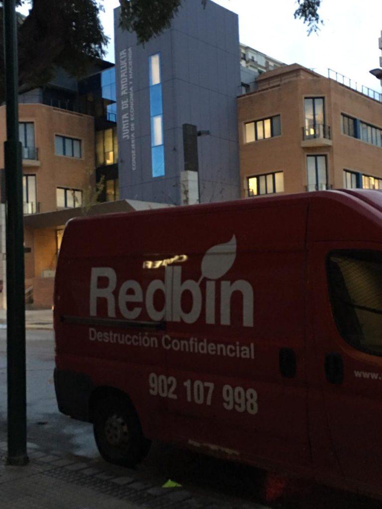 No veo bien que pone en el edificio de detrás de la furgoneta de Destrucción Confidencial