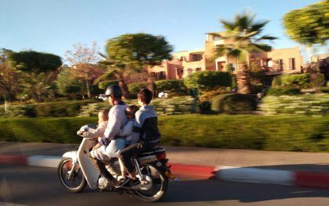 Un padre con sus tres hijos en una moto.