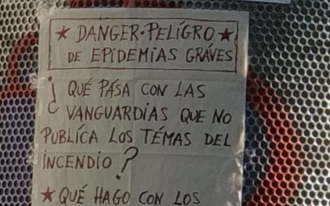 En Barcelona hay un homeless que de vez en cuando saca deliciosos carteles conspiranoicos.