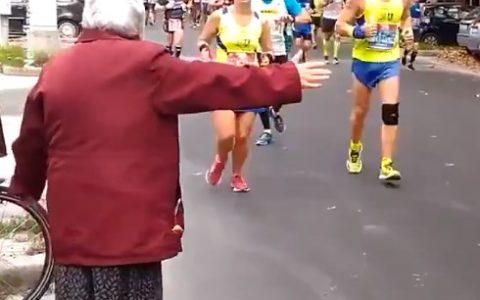 Todo el mundo con la yaya que saluda a los runners, cuando en realidad lo que está haciendo es pasarles pollos de speed que lleva en la manga