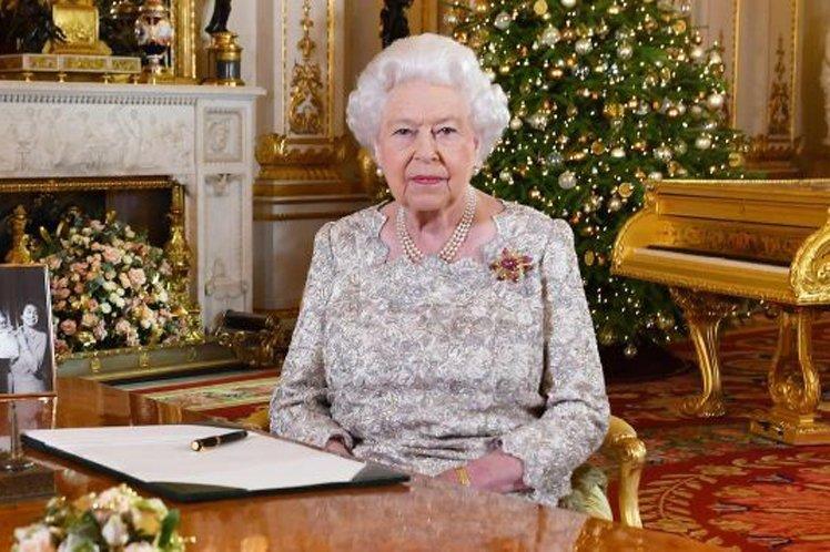 Breaking News: Mujer da un discurso hablando de pobreza, delante de un piano de oro