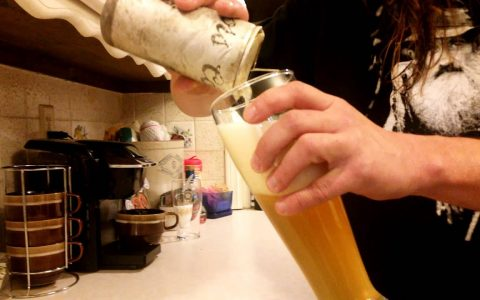 Encuentra una birra con 30 años de antigüedad en el río y... se la bebe