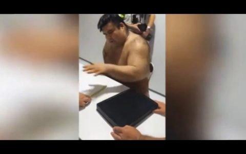 Takayasu Akira, estrella del sumo, firma autógrafos de una forma... peculiar
