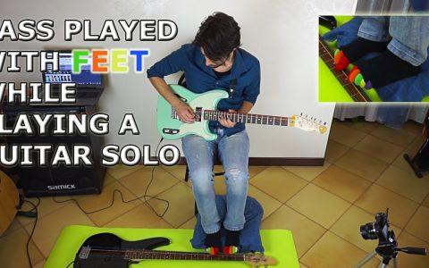 Tocando una guitarra y un bajo a la vez: una con las manos, y el otro con los pies