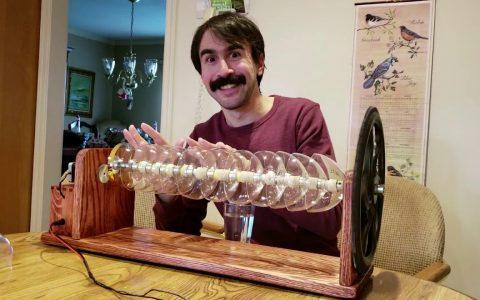 Una armónica de cristal con copas y un eje que gira