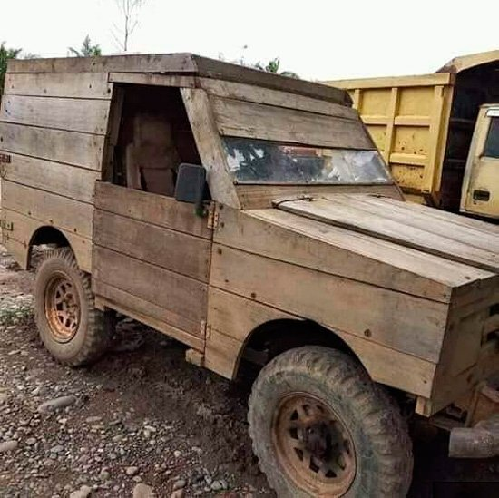 En casa del chapista, Land Rover de palo