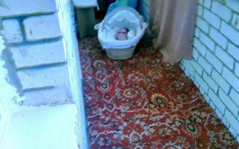 """""""Ven a mirarla por última vez, se está congelando"""": el terrible mensaje de una madre a su exmarido tras dejar a su bebé sin ropa en el balcón"""