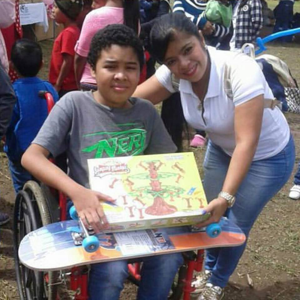 Alcaldesa de Durán (Ecuador) entrega patín a Niño en silla de ruedas durante el día de reyes