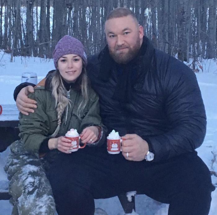 Montaña con una taza de tamaño normal, y una novia de tamaño normal