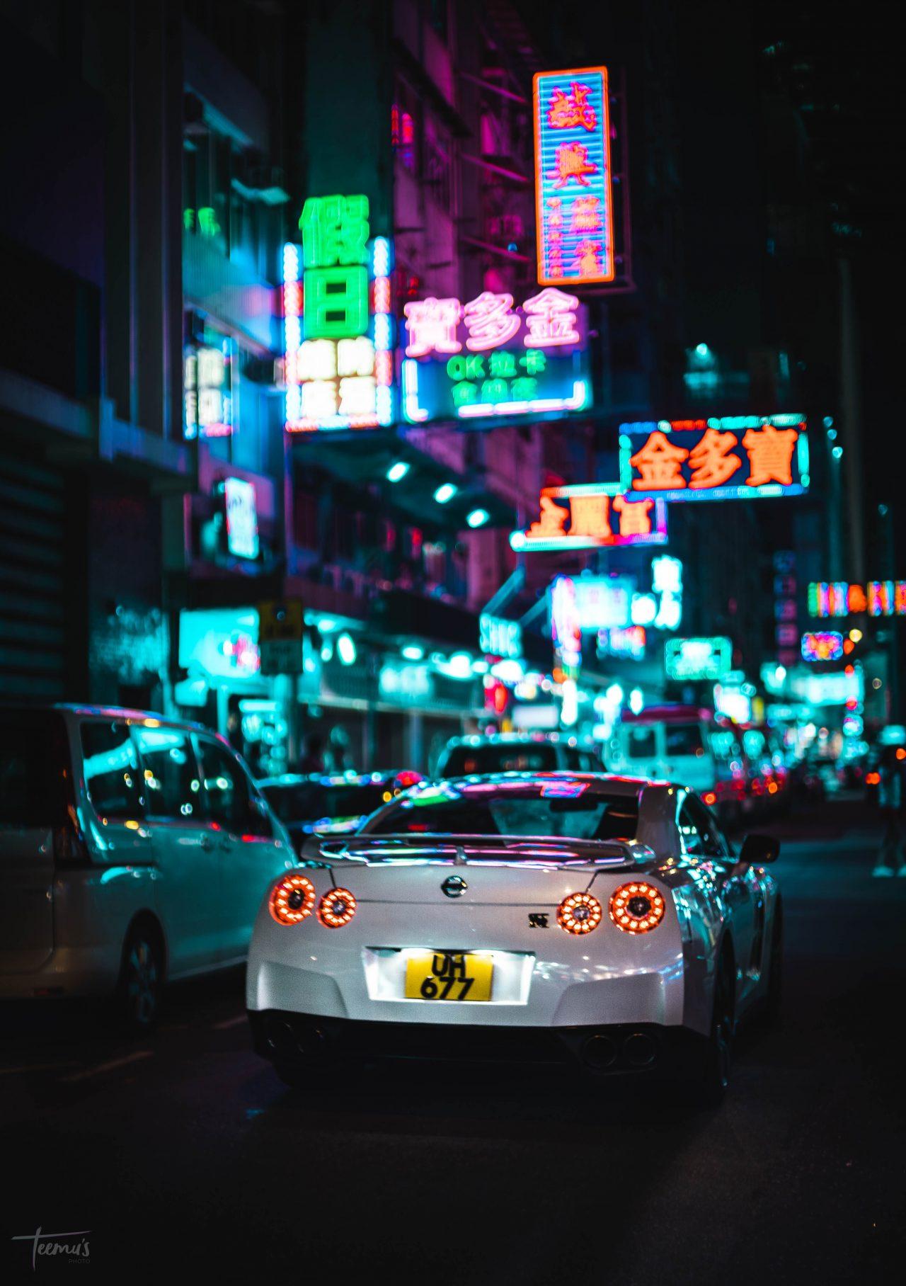 Coches en la noche de Hong Kong