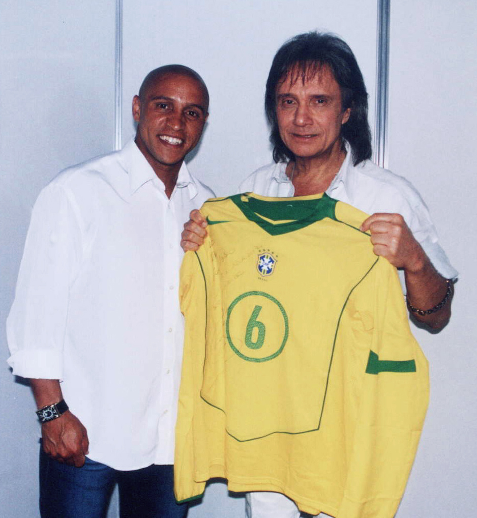 Roberto Carlos regalándole una camiseta de Roberto Carlos a Roberto Carlos en un concierto de Roberto Carlos.