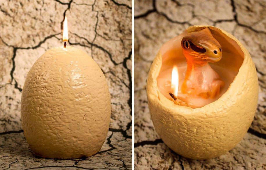 Vela con forma de huevo que al derretirse tiene un velocirraptor en su interior