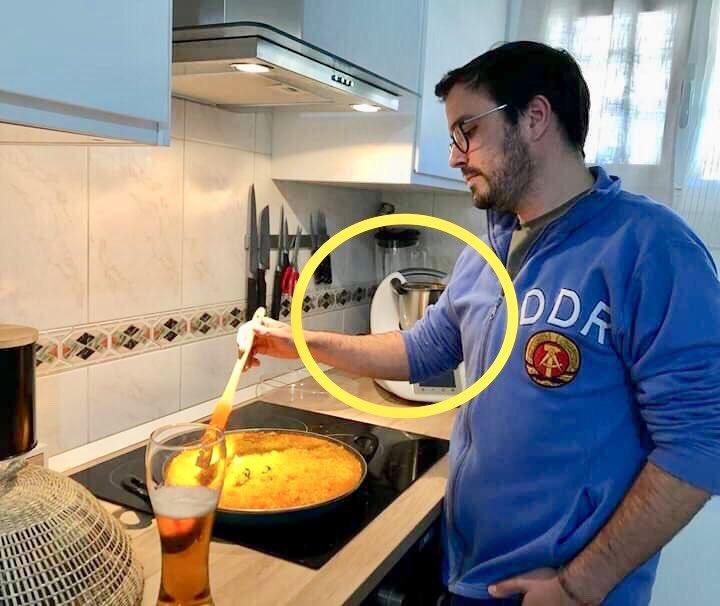 Alberto Garzón con sudadera en casa para no gastar calefacción, que está la cosa mu mala