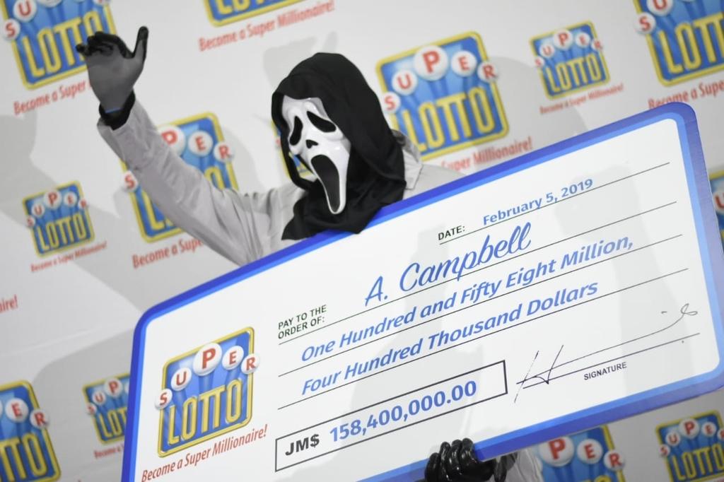 Ganador de 158 millones en la lotería jamaicana recogiendo el premio