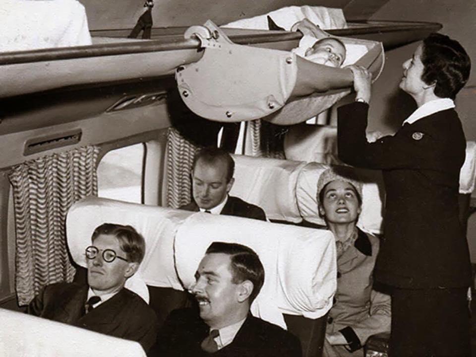 Así viajaban los bebés en los aviones comerciales de los 60