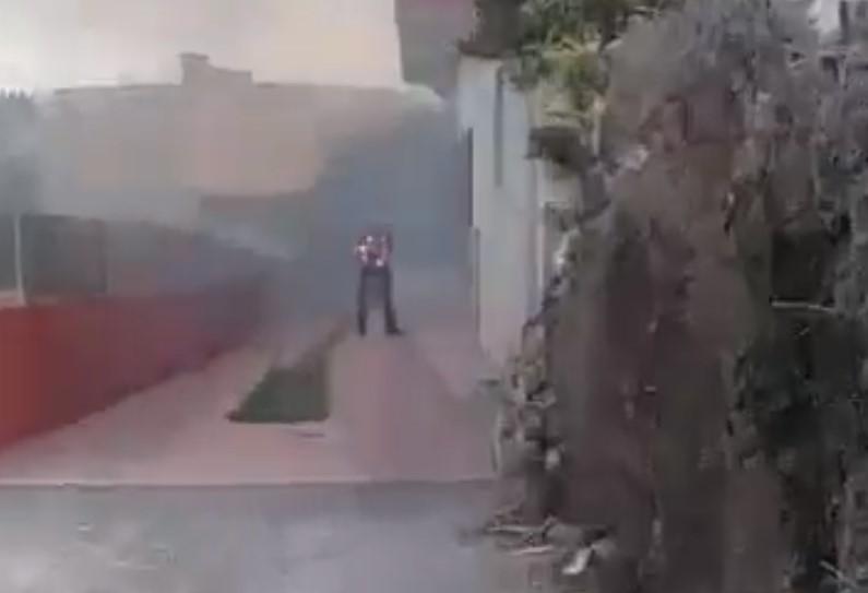 Un incendió en una casa. Un hombre ardiendo en estado de shock, en el municipio de Telde (Gran Canaria). Dos chicas le graban y en vez de ayudarle... siguen grabando