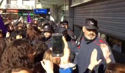 Un grupo de manifestantes feministas logra cerrar el Corte Inglés de Vitoria