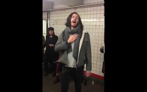 Hozier cantando Take Me To Church en el metro de Nueva York