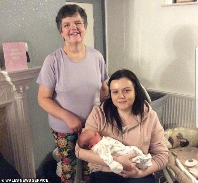 Abuela de 55 da a luz a su nieto tras gestar de manera subrogada para su hija de 31 que nació sin útero