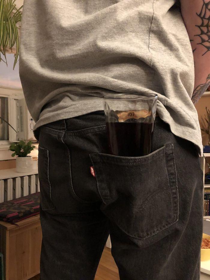 Las peores formas de sujetar tu bebida, el recopilatorio que estabas esperando: