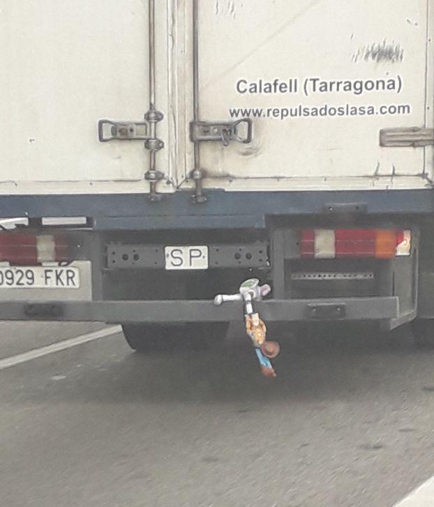 ¿Camionero enrollado o muñecos con vida?