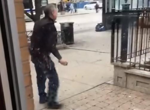 Guarda de seguridad de un McDonald's saca la pipa al ser atacado por dos personas