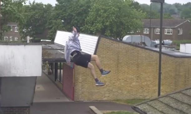 Igual andar saltando tejados después de haber llovido no es muy inteligente...