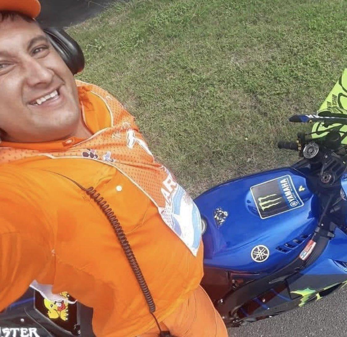 El comisario al que Rossi pidió que le sujetara la moto, no desaprovechó la oportunidad y se hizo un selfie
