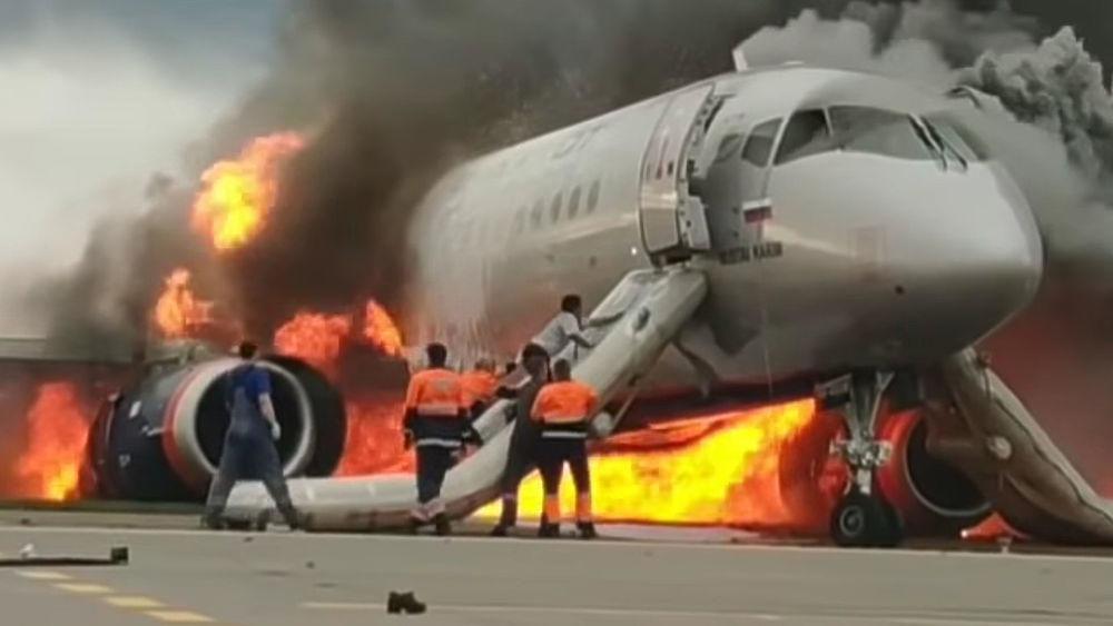 Un copiloto del Superjet incendiado en Moscú regresa al avión en llamas para salvar pasajeros
