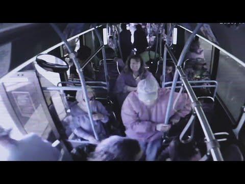 Una mujer saca del autobús de un empujón a un hombre de 74 años, y muere poco después