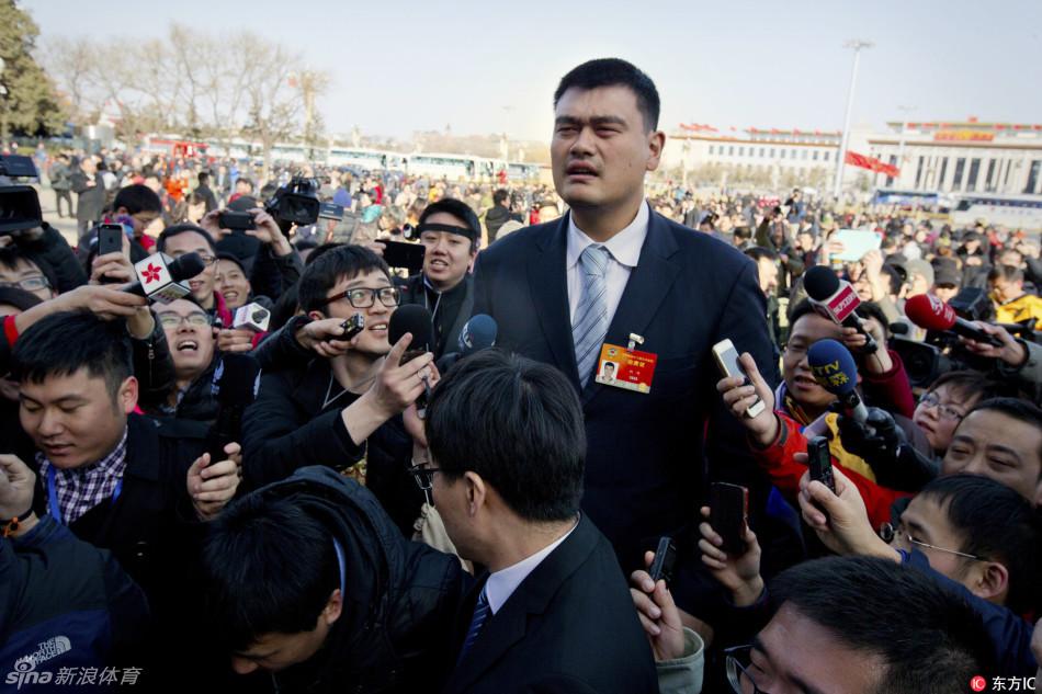 Cuando a Yao Ming le hacen fotos en su país, siempre sale como si todo el mundo estuviera sentado y él de pie