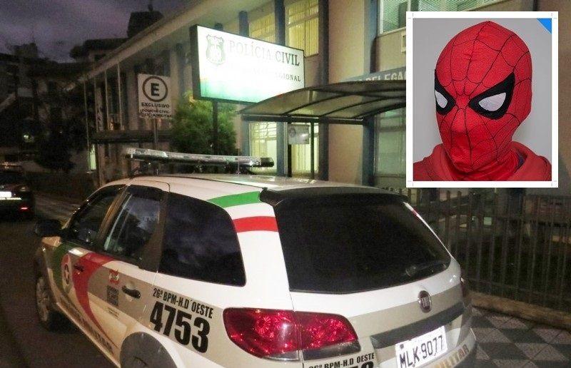 Un niño de 15 años se hace pasar por niña de 14, engaña a un pedófilo para encontrarse en un parque por la noche, y le pega una paliza disfrazado de Spiderman