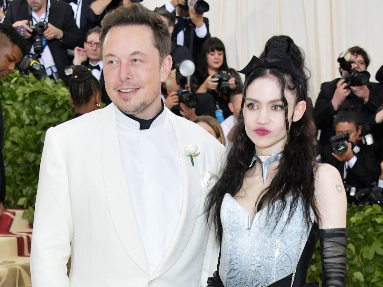 ¿Sabías que la novia de Elon Musk ha sustituido una capa de su ojo por un film de plástico que diseñó con una amiga en un laboratorio para eliminar la luz azul totalmente de su visión?