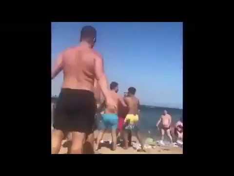 Batalla campal en la playa de Barcelona