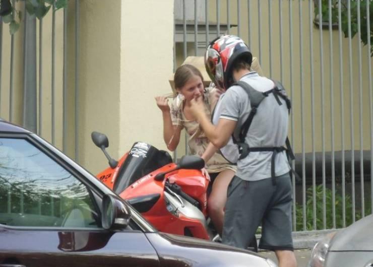Cómo transportar tu nuevo ordenador y tu novia en una moto RR