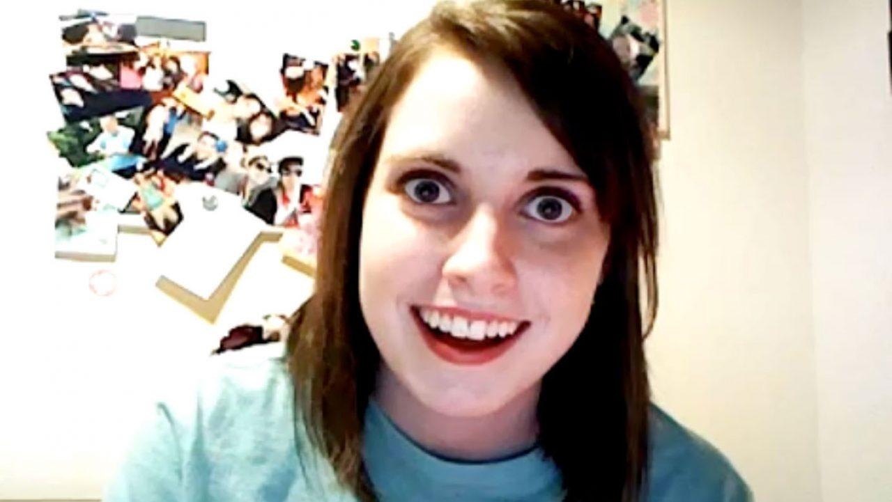 "La protagonista del meme ""novia obsesiva"" deja Youtube por problemas mentales"