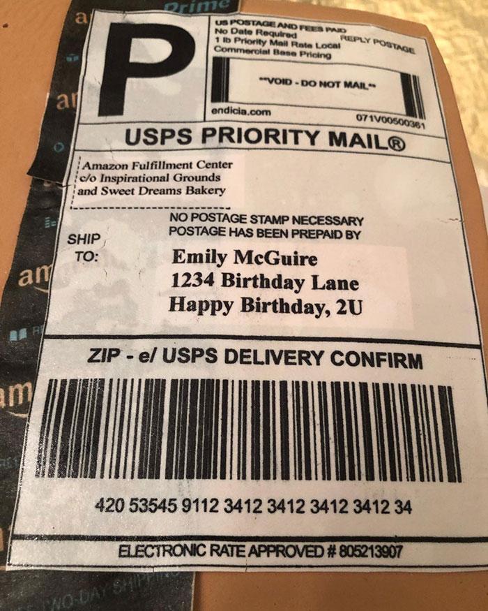 Cuando compras tanto en Amazon que tu marido te regala una tarta de cumpleaños con forma de caja de cartón