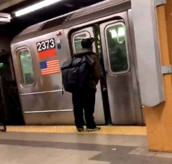 ¿Escupir a un negro de 2 metros pensando que las puertas del metro te protegerán? ERROOOOOR!
