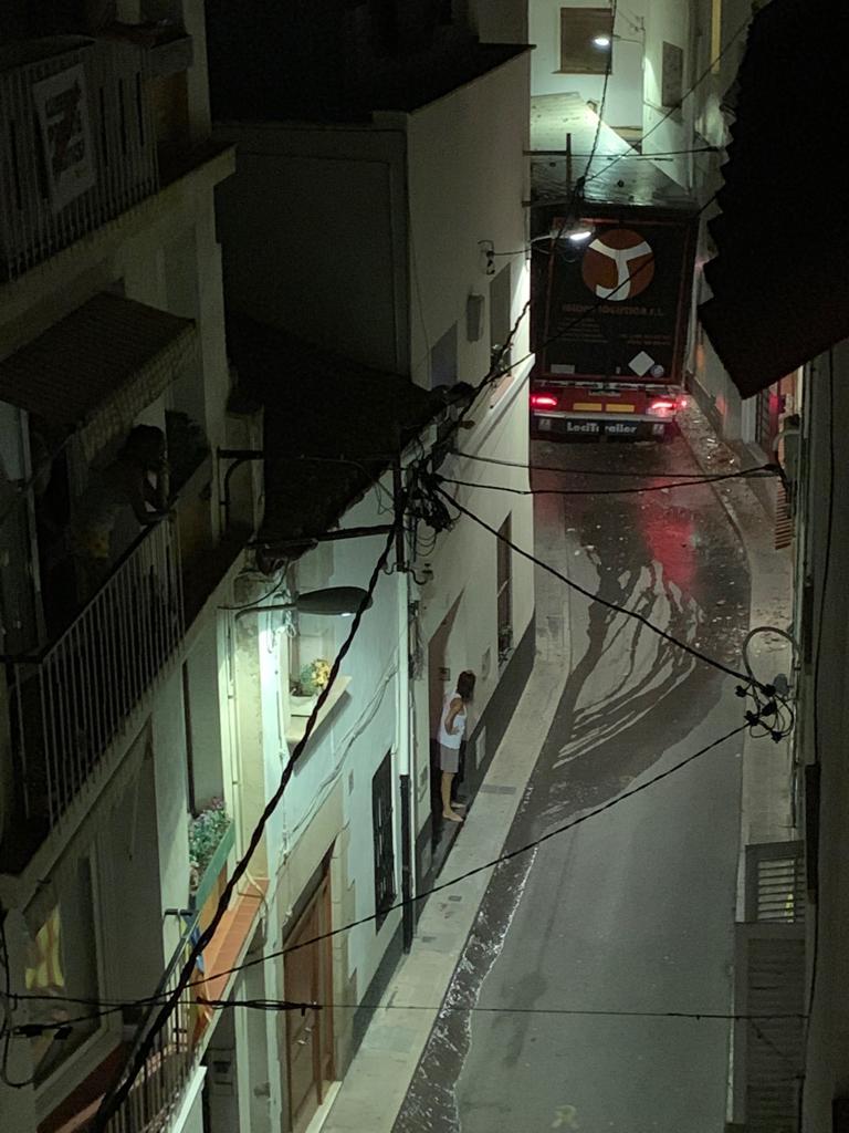 Liadita: un trailer se mete en una calle estrecha y...