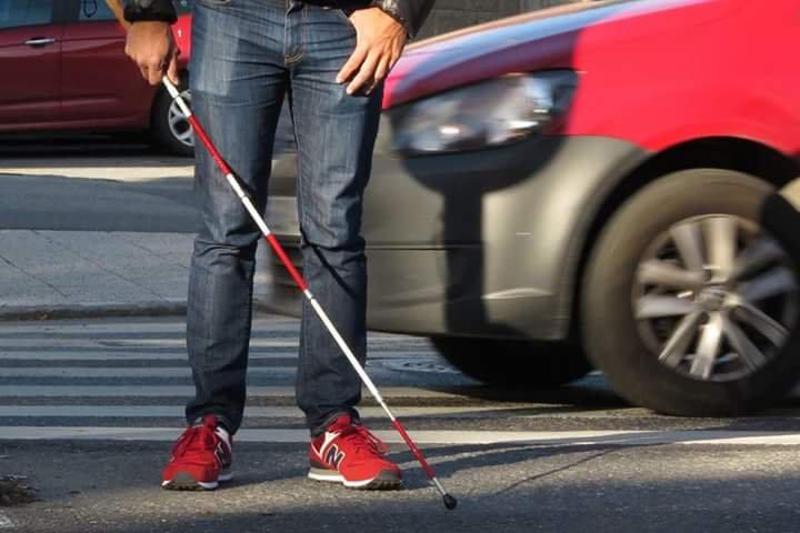Cuando un no vidente tiene su bastón con cintas de color rojo, significa que además de tener dificultades visuales, tiene problemas auditivos
