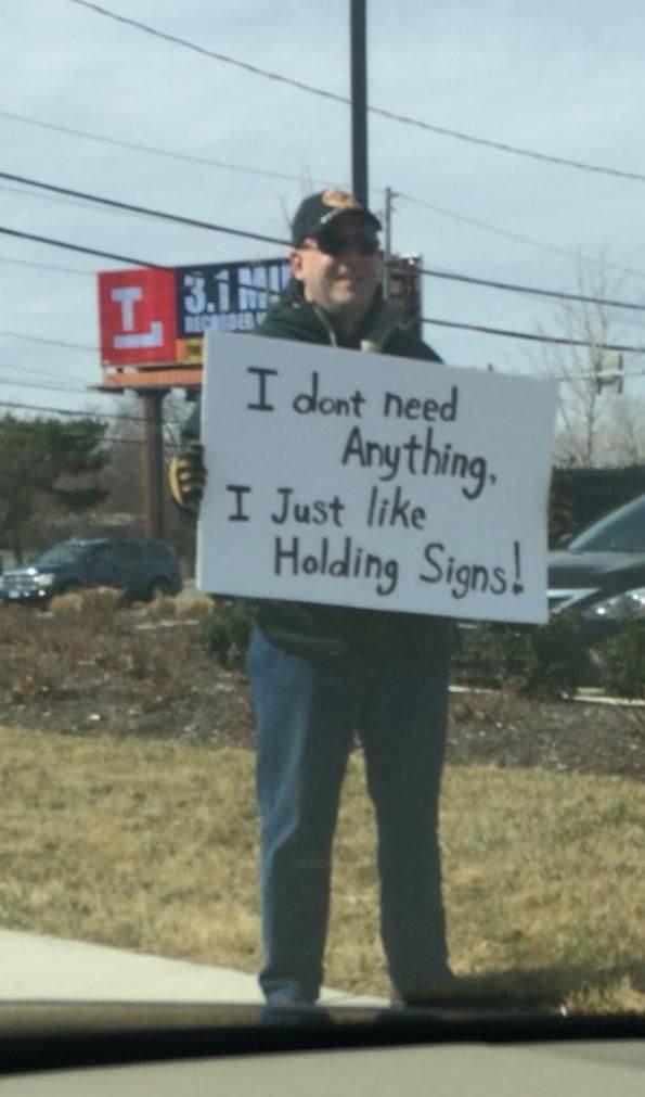 """No necesito nada, solo me gusta sujetar carteles"""