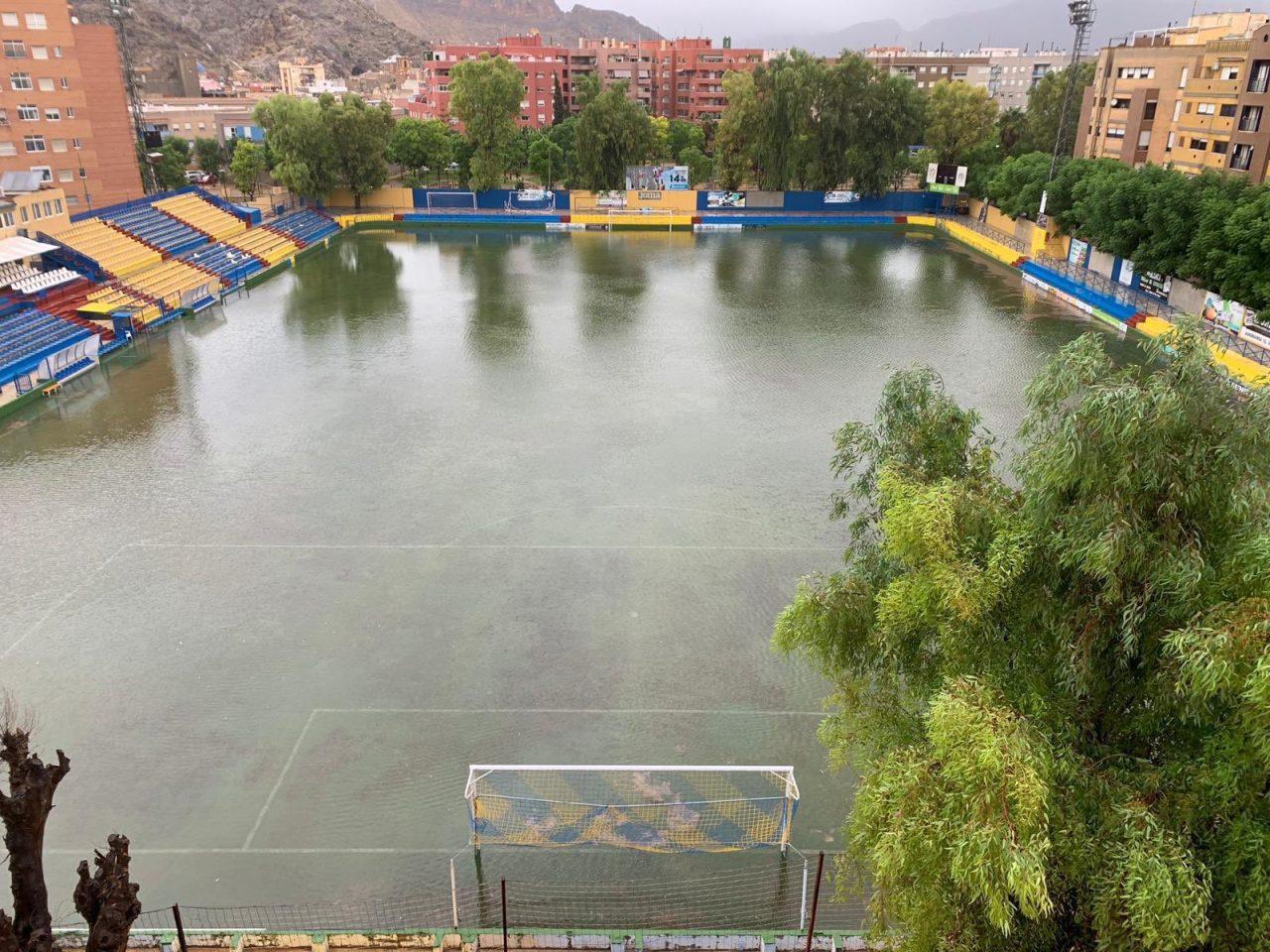 Riegan un campo de fútbol en Orihuela horas después del diluvio