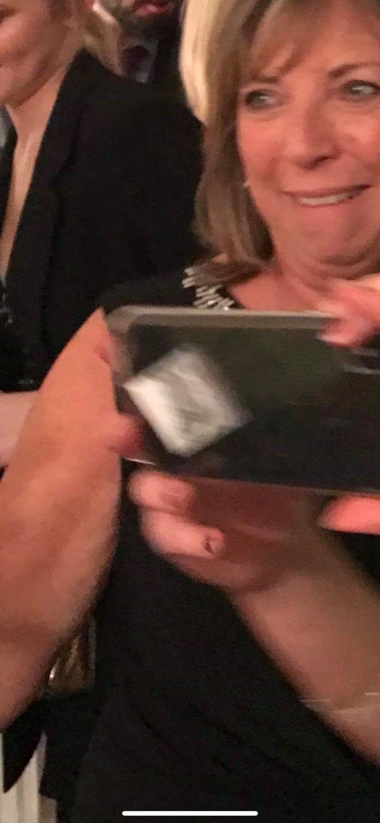 La cara que pones cuando te das cuenta de que la coca de tu amiga está pegada en su teléfono