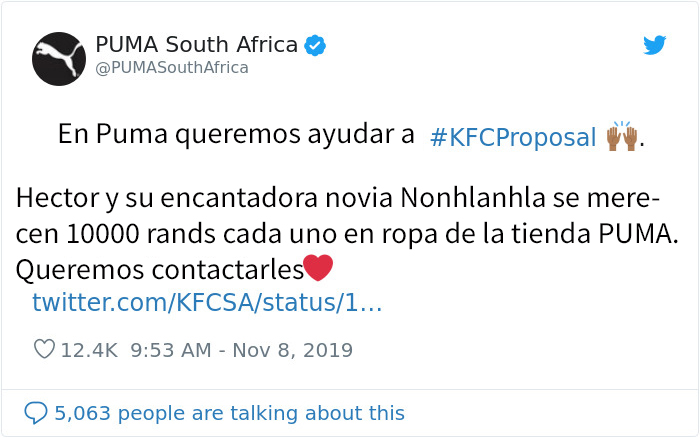 Un hombre de raza negra le pide matrimonio a su novia mientras comen en un KFC