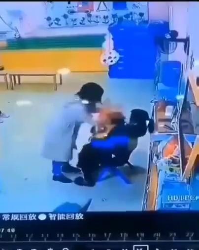 Pillas a la profesora de tu hijo dándole una paIiza... ¿qué haces?
