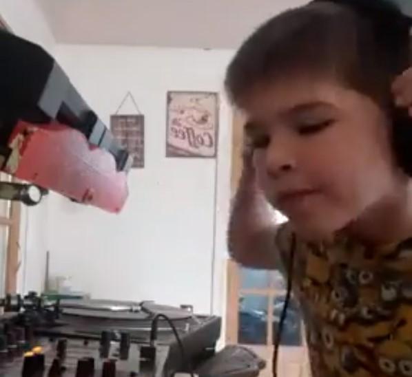 Un chaval de 7 años se casca una sesión progressive-techno de 20 minutos con los vinilos noventeros de su padre